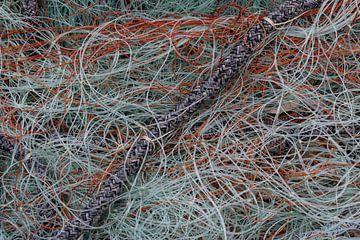 Oranje en licht blauw visnet van Daan Kloeg