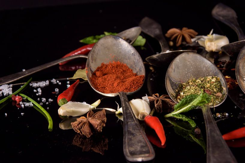 Modern stilleven met kruiden op tafelzilver van Marjan Noteboom