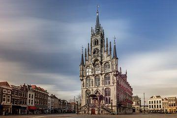 Oude stadhuis in centrum van Gouda, Nederland van Joost Adriaanse