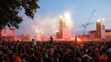 Museumplein in Amsterdam vol met mensen - Wereldkampioenschap voetbal 2010 sur Albert van Dijk