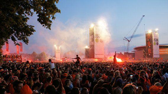 Museumplein in Amsterdam vol met mensen - Wereldkampioenschap voetbal 2010 van Albert van Dijk