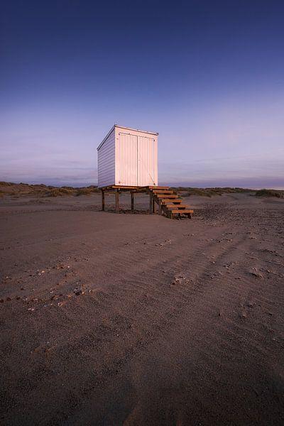 Strandhuis na zonsondergang van Thom Brouwer