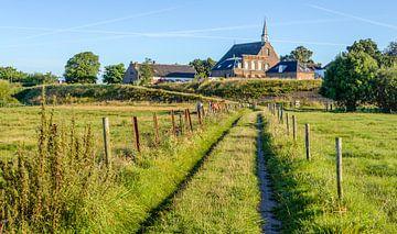 Sentier étroit à travers les plaines inondables près de Herwijnen sur Ruud Morijn
