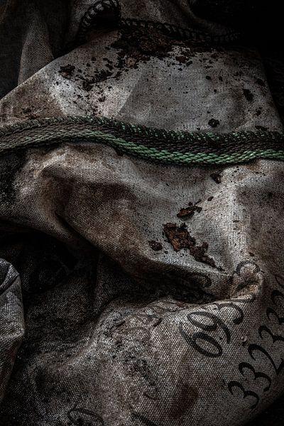 detail van een grondstoffenzak in een oude verlaten fabriek van Martzen Fotografie