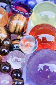 Kleurrijke glanzende glazen ballen op een rommelmarkt van Tony Vingerhoets