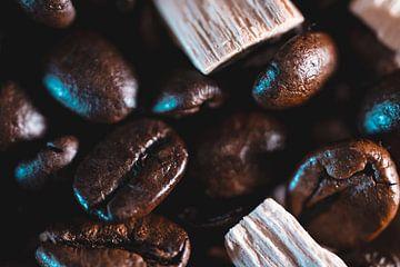 stapel koffiebonen met houtsnippers van Nathan Okkerse