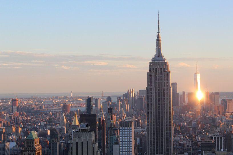 Uitzicht op New York tijdens zonsondergang inclusief One World Trade Center en Empire State Building van R.Phillipson