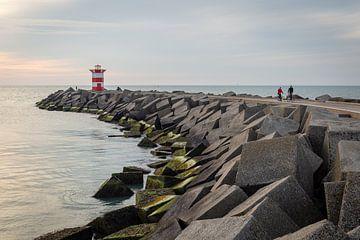 Fietsers op het Noordelijk havenhoofd in Scheveningen van OCEANVOLTA