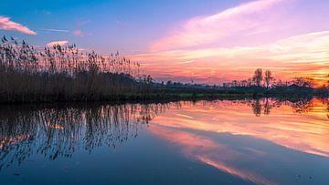 Zonsondergang met weerspiegeling in de polder von Richard Steenvoorden