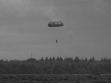 Een eenzame parachutist midden op de Ginkelse Heide  van Wilbert Van Veldhuizen