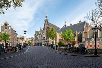 Zicht op de Oude kerk in Amsterdam van Peter Bartelings Photography