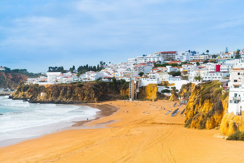 Der Strand von Albufeira an der Algarve in Portugal von Ivo de Rooij