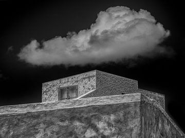 Modern huis met laaghangende wolk in zwart wit sur Harrie Muis