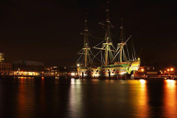 VOC schip in Amsterdamse haven bij nacht