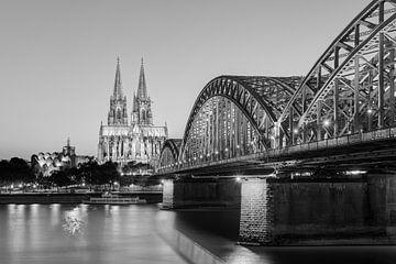 Köln am Abend schwarz-weiß von Michael Valjak
