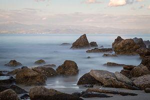 Griekse kustlijn met rotsen en de zee op de voorgrond