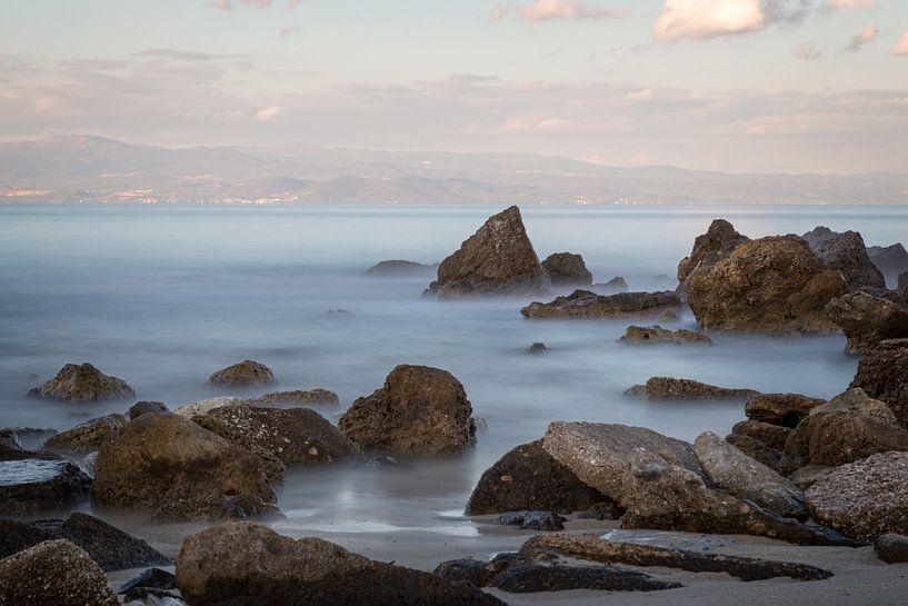 Griekse kustlijn met rotsen en de zee op de voorgrond van Miranda van Hulst