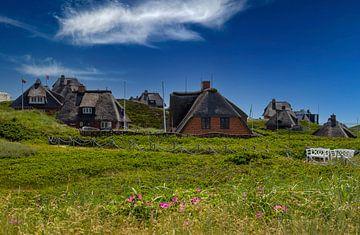Huisjes met rieten daken en Syltse rozen van Gerwin Schadl