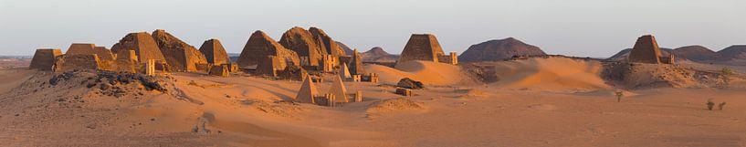 Meroe im Sudan bei Sonnenaufgang von Atelier Liesjes
