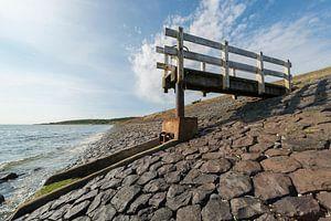 Watersluisje met bedieningssteiger op het eiland Vlieland