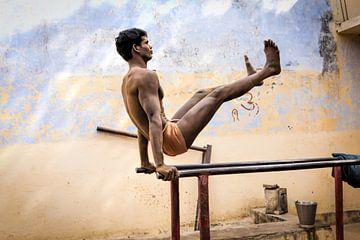 Workout van een indiase worstelaar op een brug in Varanasi India. Wout Kok One2expose van Wout Kok