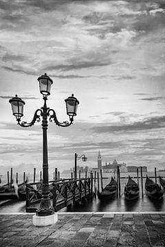 VENISE San Giorgio Maggiore à l'heure dorée | monochrome sur Melanie Viola