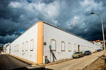 wit gebouw met donkere lucht van Fred Leeflang