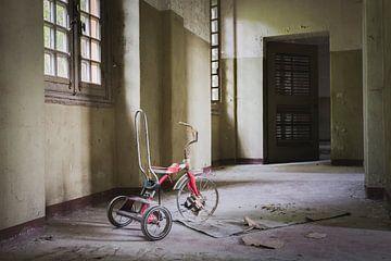 Vieux tricycle pour enfants sur