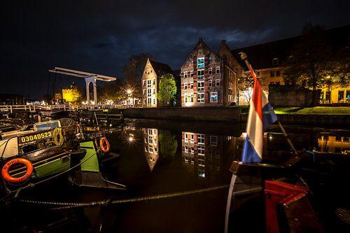 Verlichte huizen aan de Thorbeckegracht in Zwolle tijdens de avond