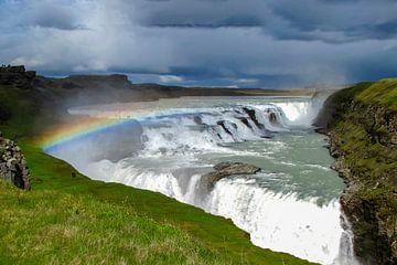 Dreigende lucht met regenboog boven de Gouden watervallen, IJsland van