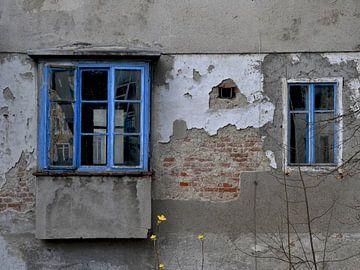 Oud huis - Blue ramen van Christine Nöhmeier