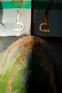 Schepen in de haven met roest op haar boeg. van scheepskijkerhavenfotografie