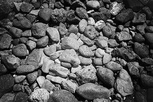 Een zee van stenen in het zwart wit van