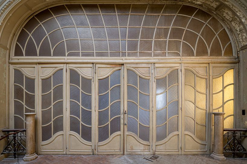 schöne Tür zu einem verlassenen Theater von Kristof Ven