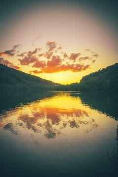 Meer in bos, zonsondergang met weerspiegeling van Fotos by Jan Wehnert