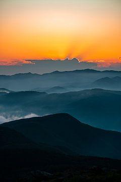Zonsondergang boven de Ligurische Bergen van Leo Schindzielorz
