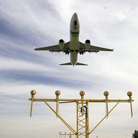 Vliegtuig van Transavia maakt een landing op Rotterdam The Hague Airport van André Muller