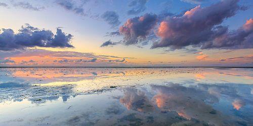 Panaroma van de zonsondergang boven de Waddenzee