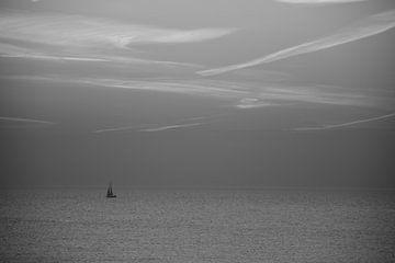 Schwarz und weiß Segelboot auf See von Scarlett Bus