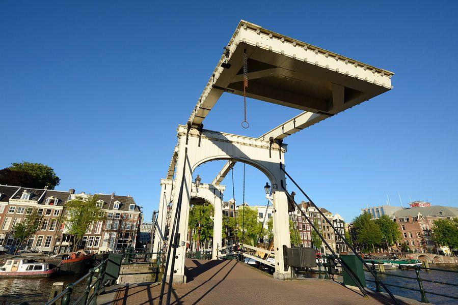 De Magere Brug over de Amstel in Amsterdam van Merijn van der Vliet
