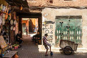 Jongens voetballen in Marrakech van Marco de Waal