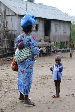 Vrouw met baby op haar rug en klein kind van Cora Unk