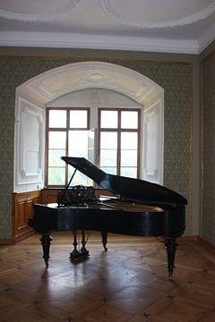 Piano bij open karakteristiek raam met mooie lichtinval van