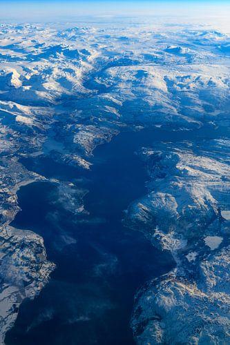 Uitzicht over het winterlandschap van Noorwegen vanuit de lucht