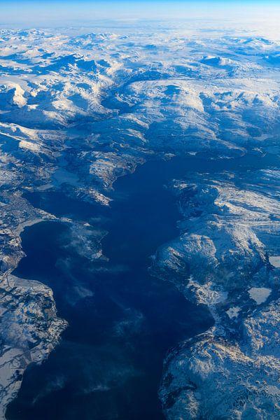 Uitzicht over het winterlandschap van Noorwegen vanuit de lucht van Sjoerd van der Wal