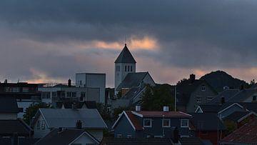 Blick über die Dächer von Svolvær, Lofoten, Norwegen in der Abenddämmerung von Timon Schneider