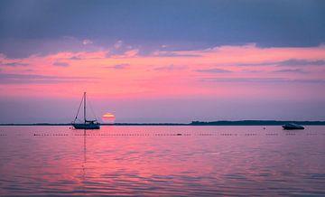 De lucht kleurt roze boven de Oostzee, Rügen van