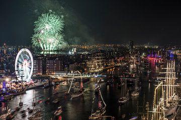 SAIL AMSTERDAM 2015: vuurwerkshow vanaf Movenpick Hotel-2 van Renzo Gerritsen