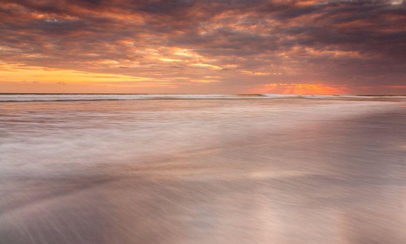 Bali sunset II van Ilya Korzelius