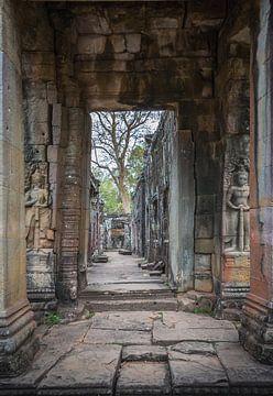 Regardez à travers le temple, Cambodge sur Rietje Bulthuis